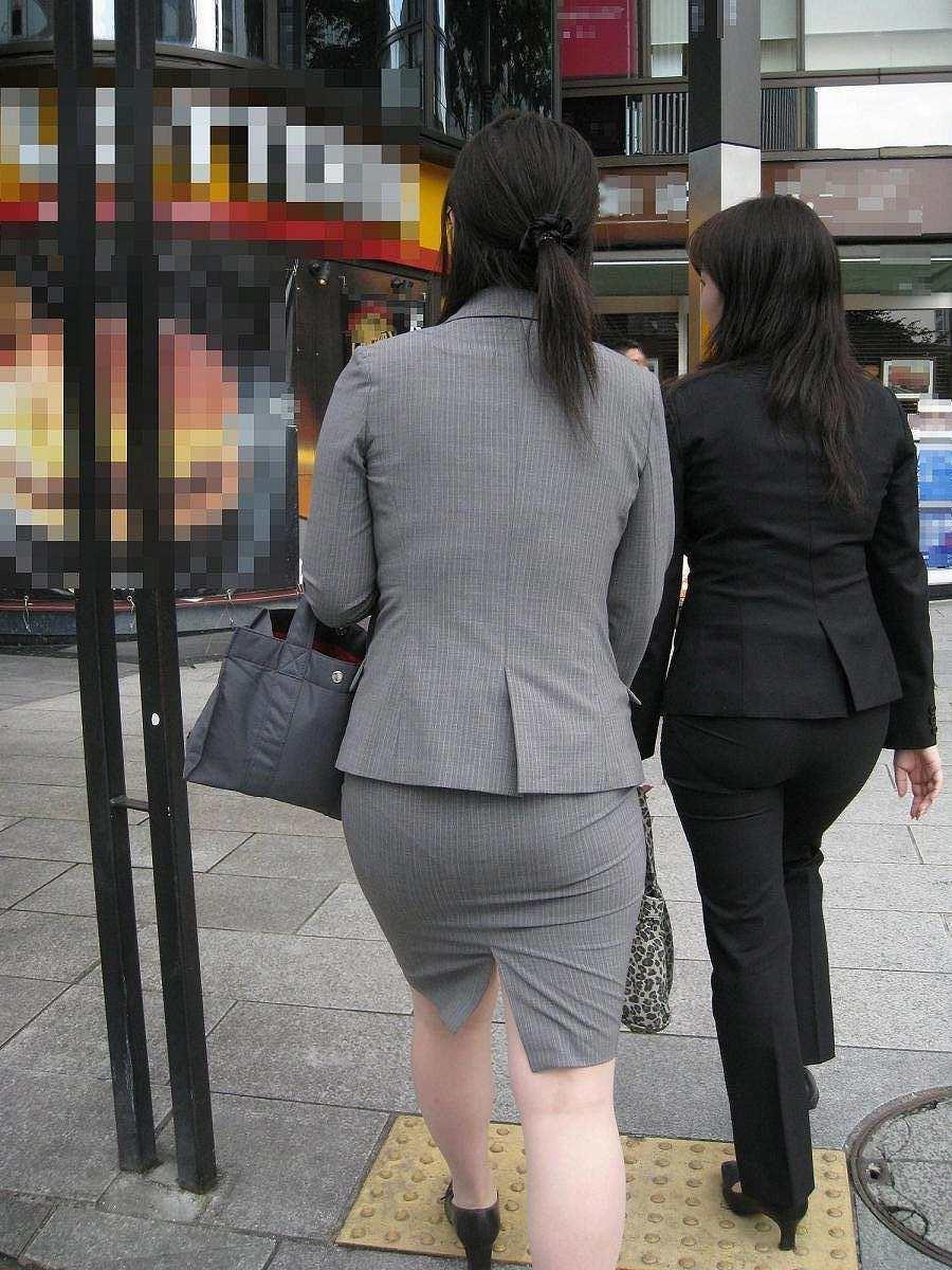 【着尻エロ画像】前方の気になるパツパツw社会人女性の目立つタイト尻www 04