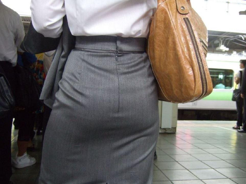 【着尻エロ画像】前方の気になるパツパツw社会人女性の目立つタイト尻www 05