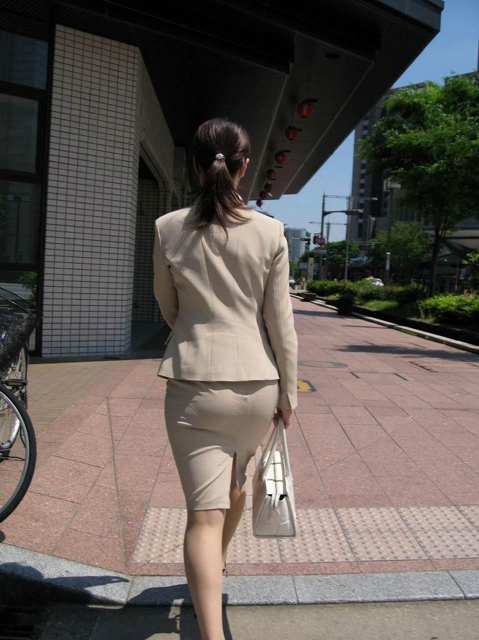 【着尻エロ画像】前方の気になるパツパツw社会人女性の目立つタイト尻www 06