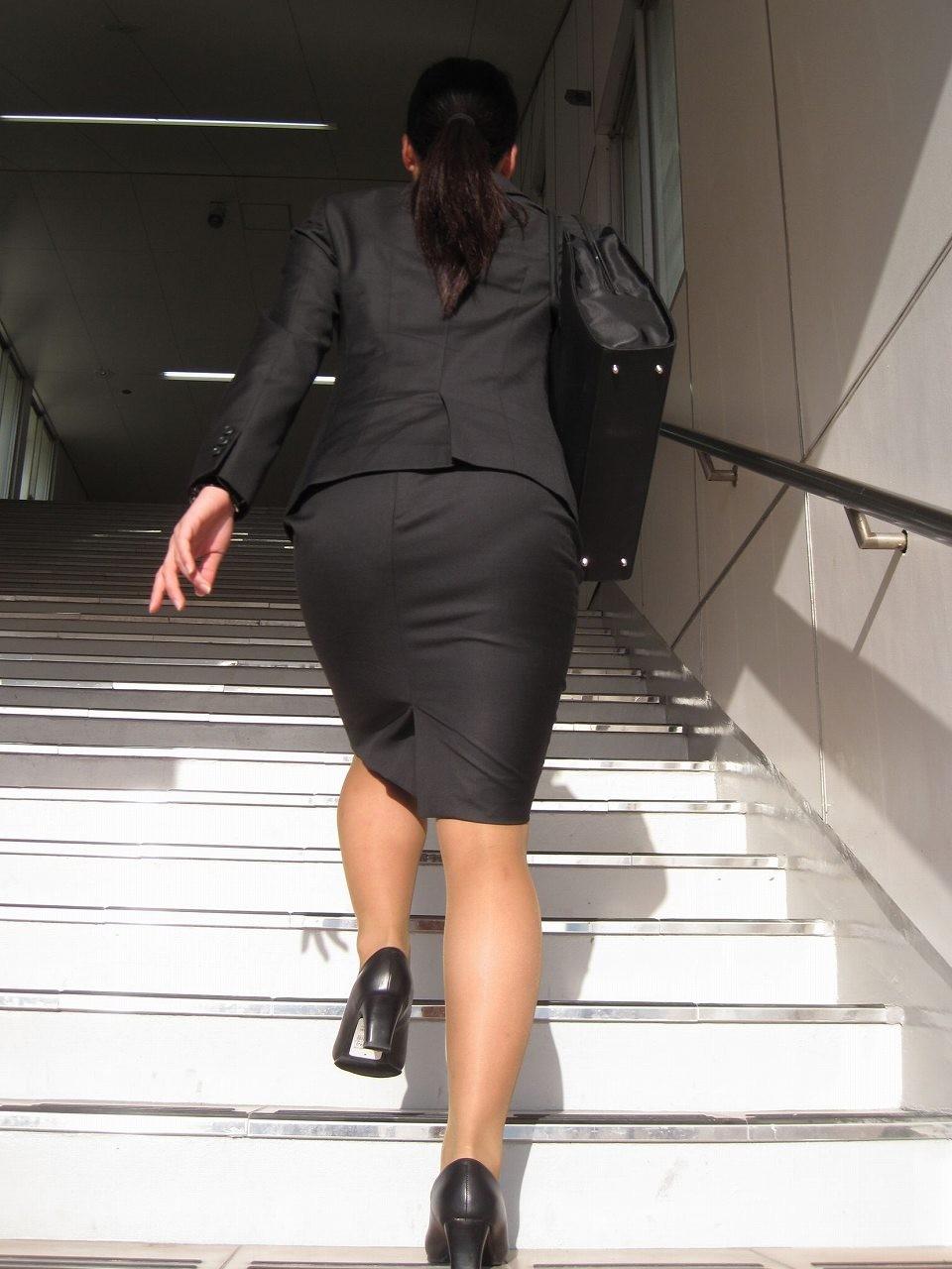 【着尻エロ画像】前方の気になるパツパツw社会人女性の目立つタイト尻www 07