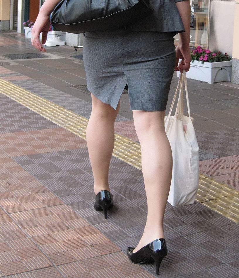 【着尻エロ画像】前方の気になるパツパツw社会人女性の目立つタイト尻www 08