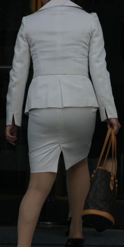 【着尻エロ画像】前方の気になるパツパツw社会人女性の目立つタイト尻www 09