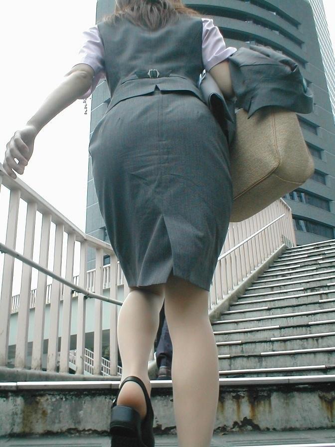 【着尻エロ画像】前方の気になるパツパツw社会人女性の目立つタイト尻www 12