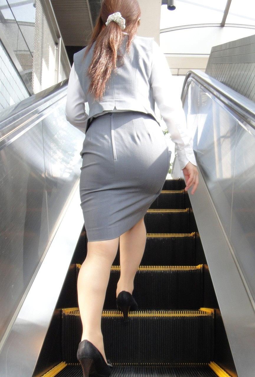 【着尻エロ画像】前方の気になるパツパツw社会人女性の目立つタイト尻www 13