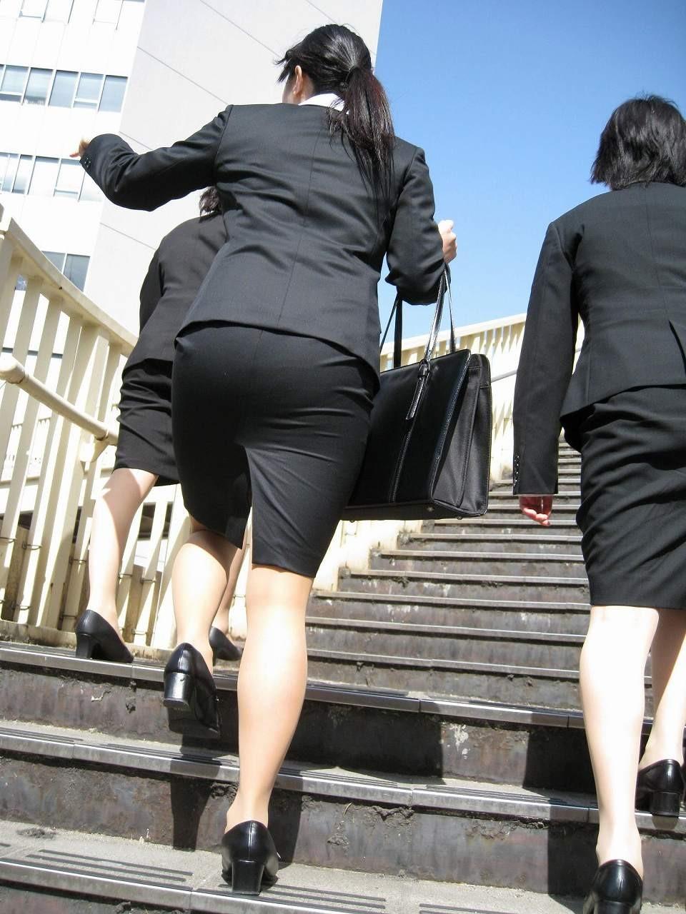 【着尻エロ画像】前方の気になるパツパツw社会人女性の目立つタイト尻www 14