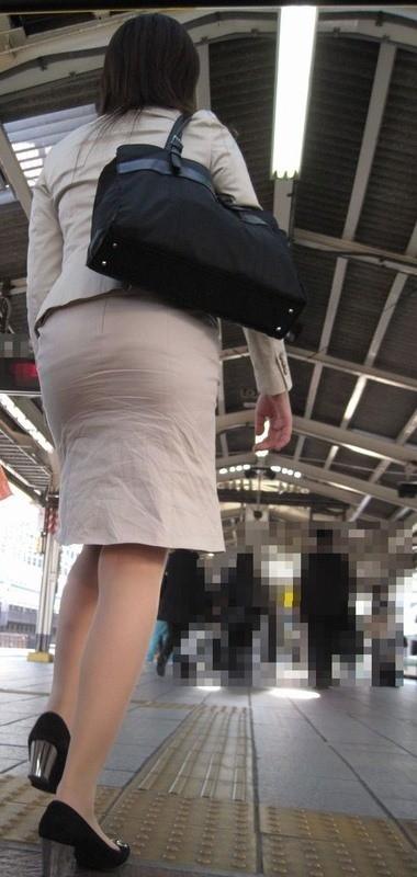 【着尻エロ画像】前方の気になるパツパツw社会人女性の目立つタイト尻www 15