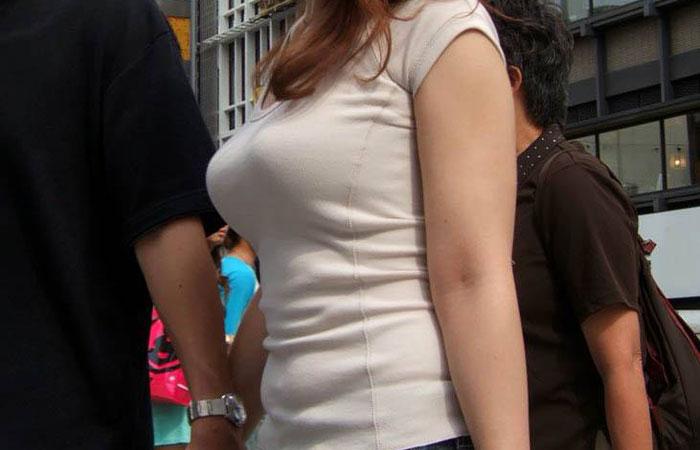 【着胸エロ画像】どんな弾み具合なのかも知りたいw大きいと一目でわかる着衣乳www 001