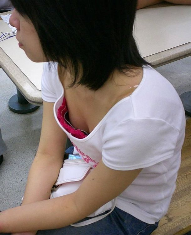 【胸チラエロ画像】どんどん薄着になるからチャンスも…期待の胸チラ多き街の風景www 01