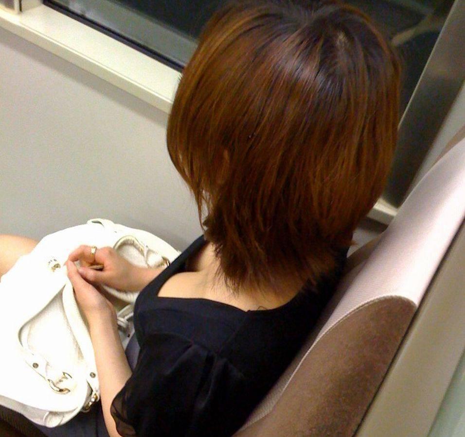【胸チラエロ画像】どんどん薄着になるからチャンスも…期待の胸チラ多き街の風景www 07