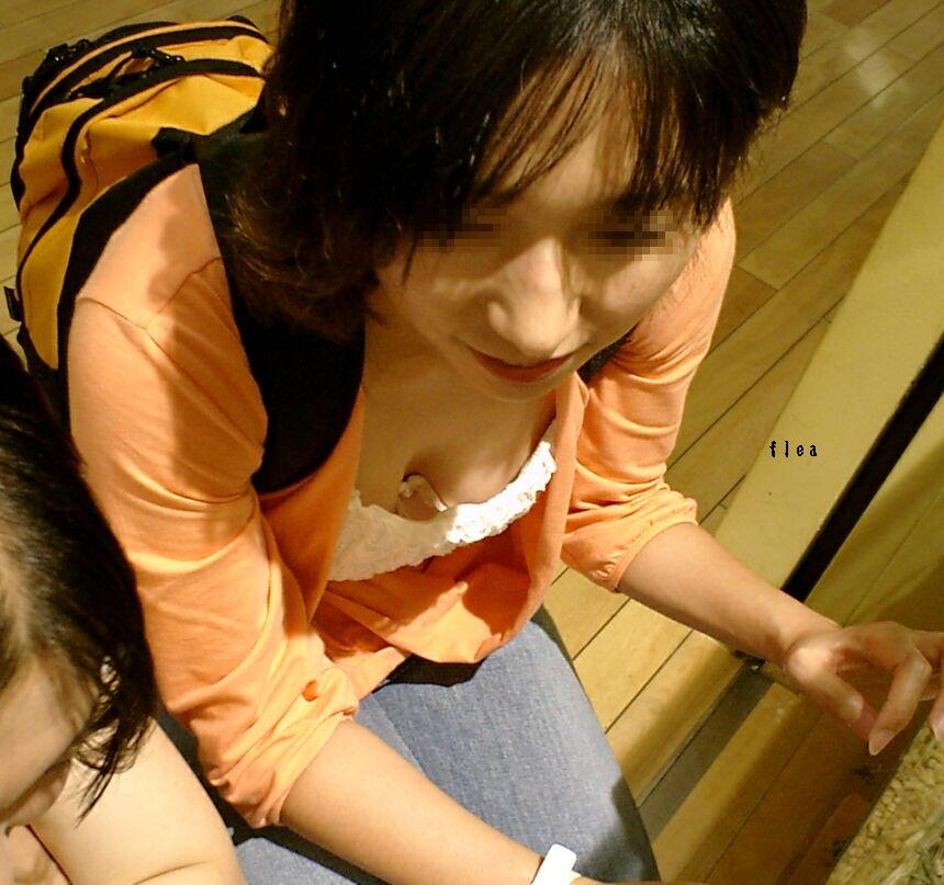【胸チラエロ画像】どんどん薄着になるからチャンスも…期待の胸チラ多き街の風景www 08