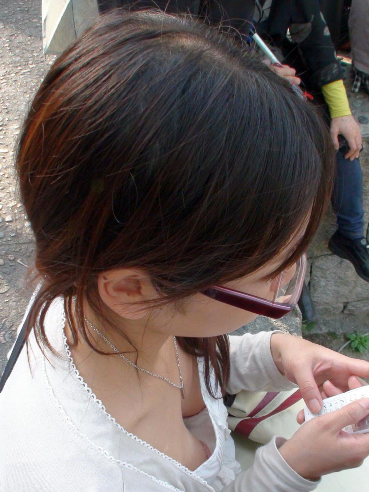 【胸チラエロ画像】どんどん薄着になるからチャンスも…期待の胸チラ多き街の風景www 15