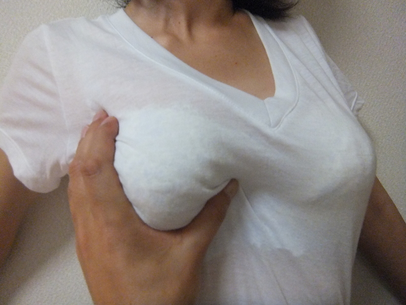 【乳揉みエロ画像】乳首はどこかな…?探るように服の上から揉み解されるおっぱいwww 02