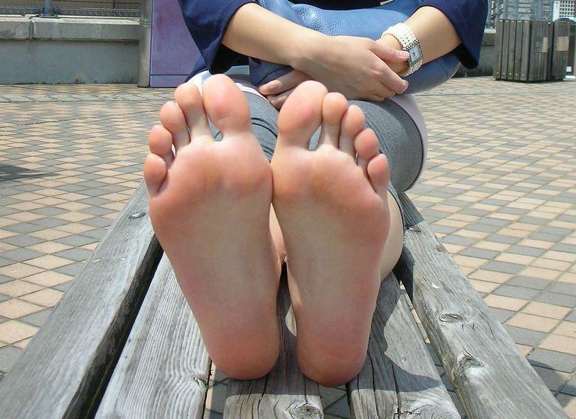【足裏エロ画像】眺めると浮かんでくる女の子の足裏に秘められた魅力www 01