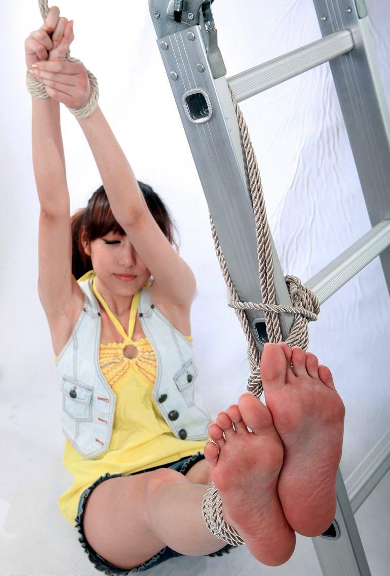 【足裏エロ画像】眺めると浮かんでくる女の子の足裏に秘められた魅力www 05