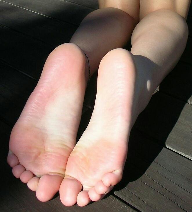 【足裏エロ画像】眺めると浮かんでくる女の子の足裏に秘められた魅力www 08