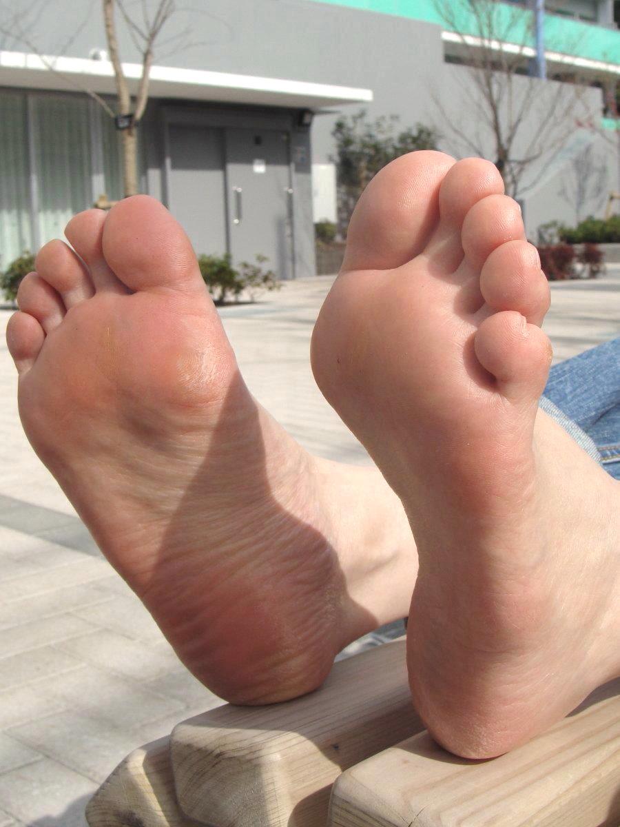 【足裏エロ画像】眺めると浮かんでくる女の子の足裏に秘められた魅力www 10