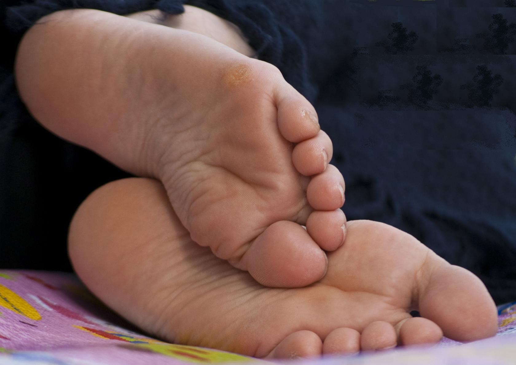 【足裏エロ画像】眺めると浮かんでくる女の子の足裏に秘められた魅力www 11