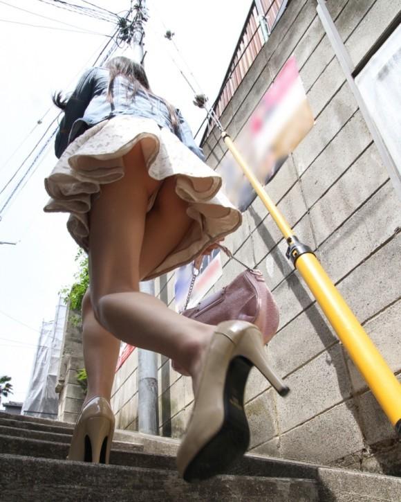 【パンチラエロ画像】やはり階段下は鉄板!斜め下から覗いておパンツ激写www 06