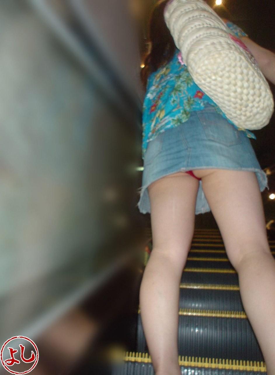 【パンチラエロ画像】やはり階段下は鉄板!斜め下から覗いておパンツ激写www 12