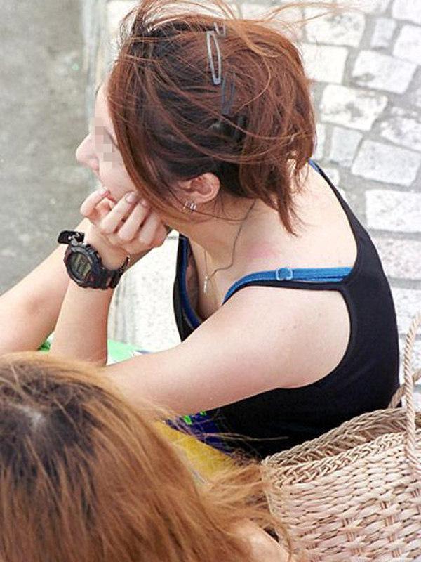 【胸チラエロ画像】ブラの奥まで見えれば感激w覗け過ぎた胸元チラ見えwww 05