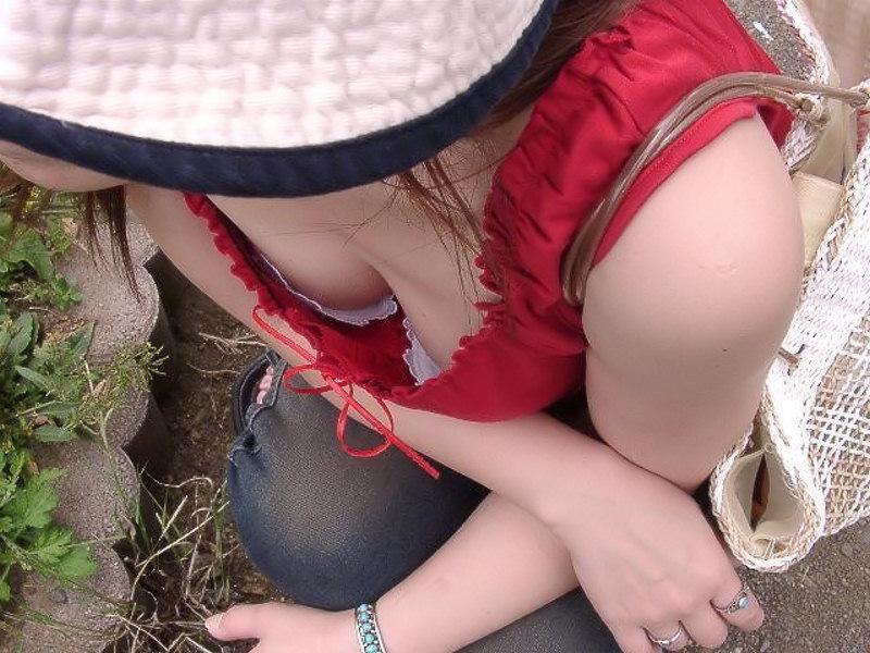 【胸チラエロ画像】ブラの奥まで見えれば感激w覗け過ぎた胸元チラ見えwww 10