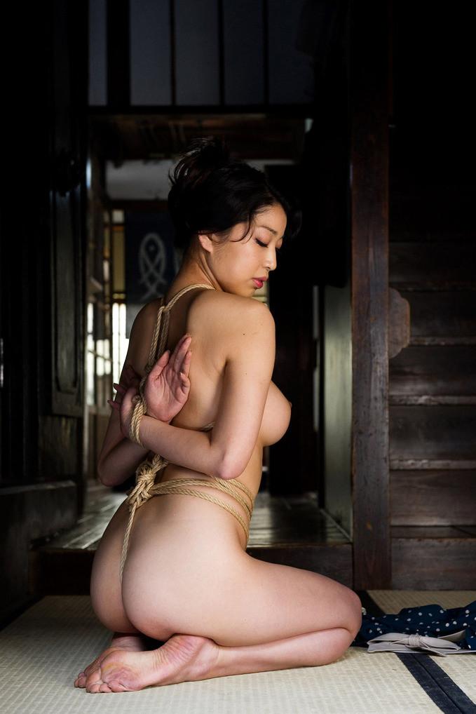 【SMエロ画像】縄を巻いて卑猥さアップ!ムッチリ女体に凄く似合う縄化粧www 07