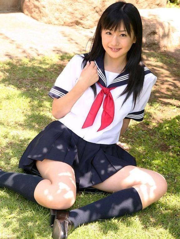 【JKエロ画像】要は生太もも!ムッチリな女の子に良く似合う制服コスwww 07