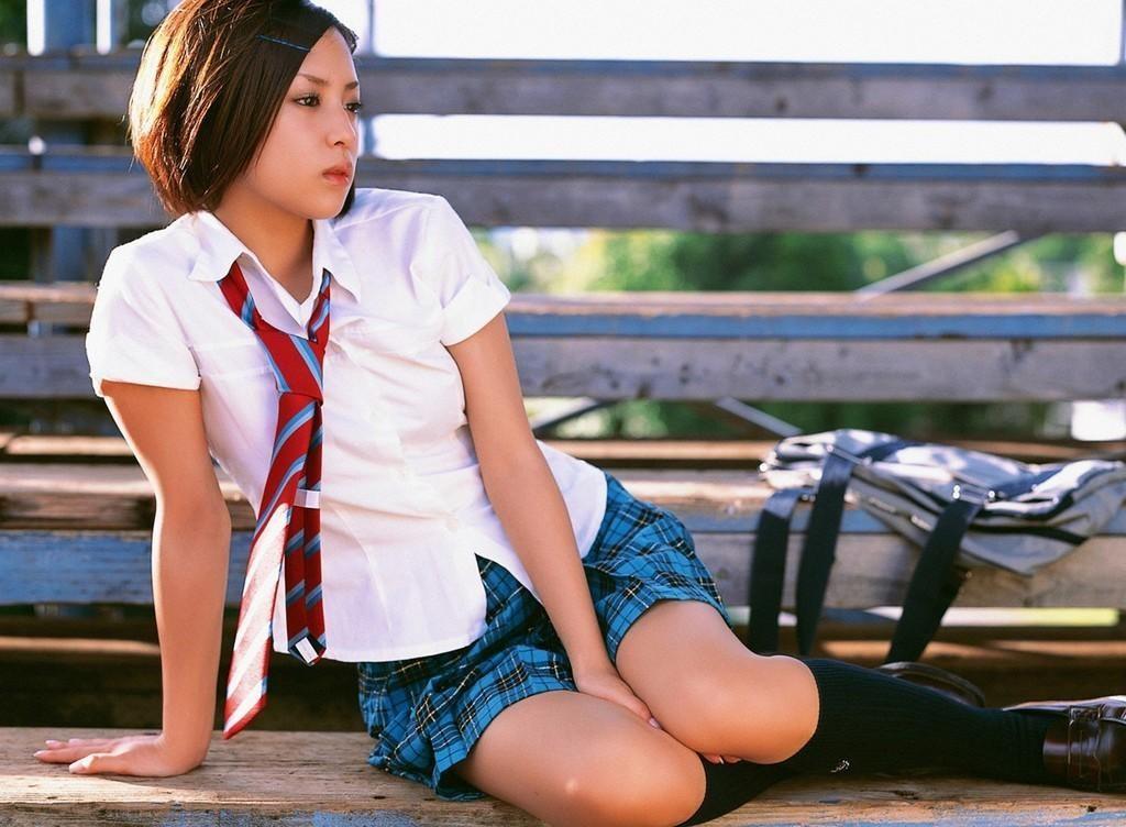 【JKエロ画像】要は生太もも!ムッチリな女の子に良く似合う制服コスwww 08