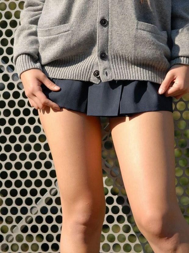 【JKエロ画像】要は生太もも!ムッチリな女の子に良く似合う制服コスwww 15