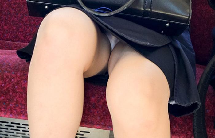 【パンチラエロ画像】電車通勤でも発見率はレアな対面座席のパンチラwww 001