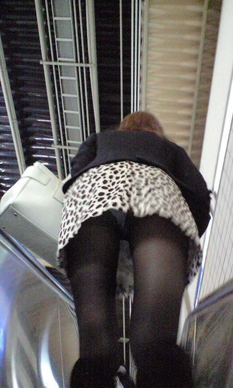 【パンチラエロ画像】階段を上がるミニスカ…必殺のローアングルを決めるチャンス! 04