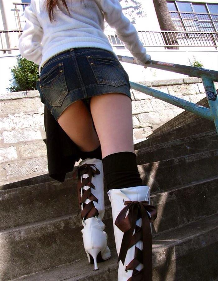 【パンチラエロ画像】階段を上がるミニスカ…必殺のローアングルを決めるチャンス! 05