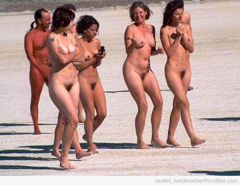 【露出エロ画像】これが自然の姿だからw外人集団のヌード徘徊www 06