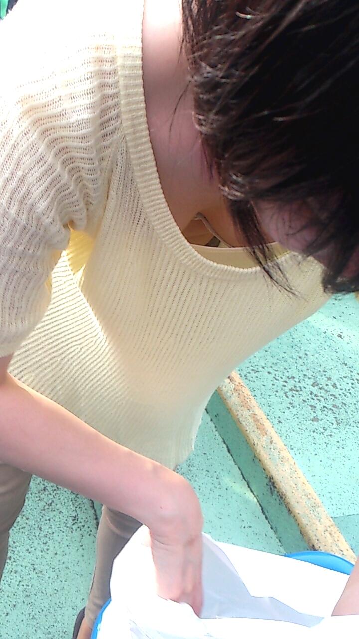 【胸チラエロ画像】夏服にはここまで期待w開いた胸元からの膨らみの誘惑www 08