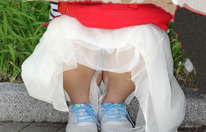 【パンチラエロ画像】隠す気ゼロの模様w見せ過ぎな座りパンチラ素人www 001