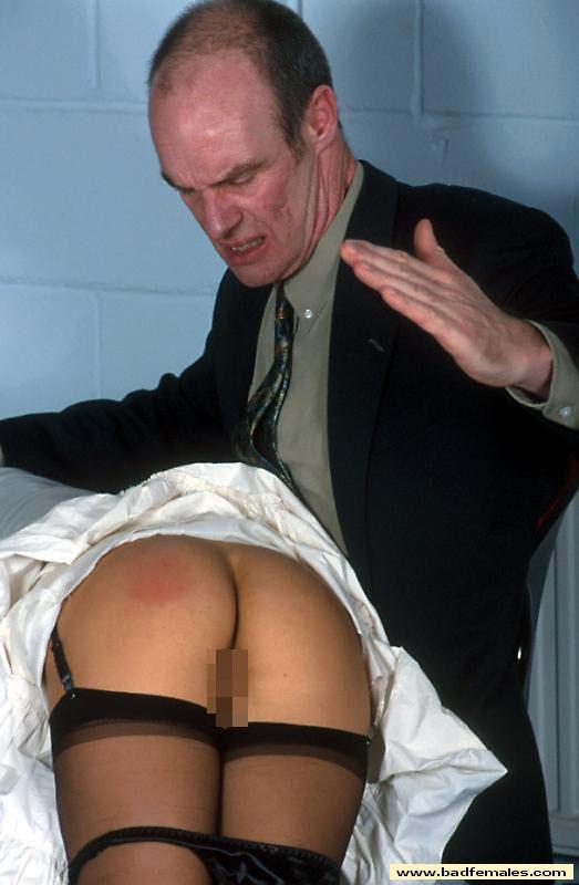 【調教エロ画像】冷やす準備を…真っ赤に腫れた被スパンキング美尻www 05