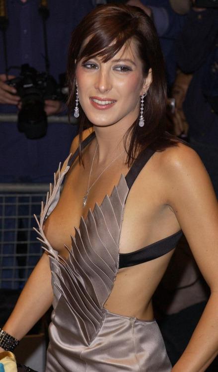 【ノーブラエロ画像】乳首見せれば社交界入り?海外セレブのノーブラポロリファッションwww 15