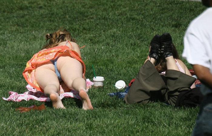 【パンチラエロ画像】日光浴で尻丸出し!行楽日和の寝パンチラ撮りwww 001