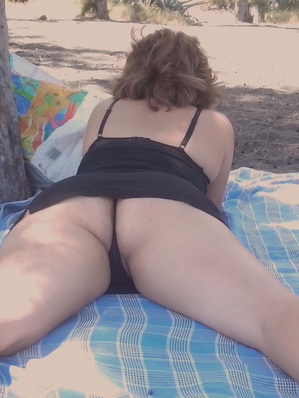 【パンチラエロ画像】日光浴で尻丸出し!行楽日和の寝パンチラ撮りwww 04