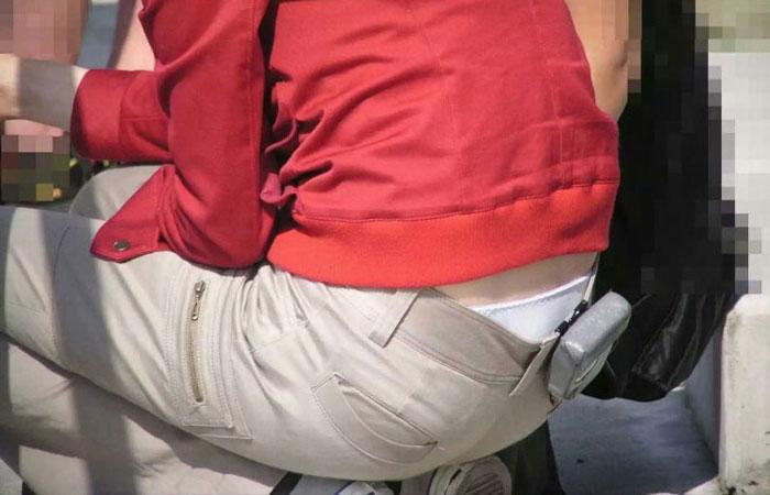 【ローライズエロ画像】パンツルックは後ろに注目!腰から下着がハミ出ているかもwww 001