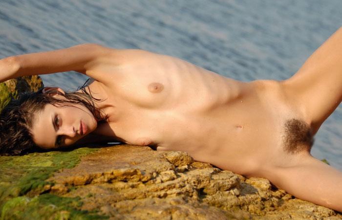 【陰毛エロ画像】皆パイパンとは限らないw剛毛モッサリ西洋の美女たちwww 001