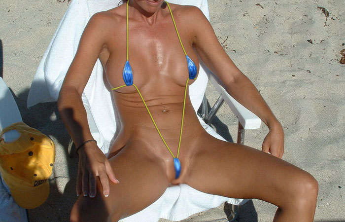 【水着エロ画像】泳がせてポロリを狙うのは当然な破廉恥な極小水着美女www 001