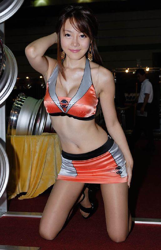 【キャンギャルエロ画像】衣装も巨乳用w集客に貢献するキャンギャルのおっぱいwww 01