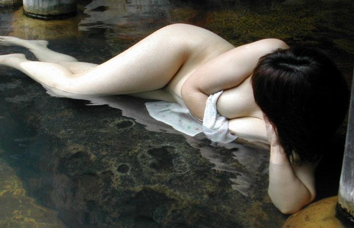 【露出エロ画像】ヤるのだけはやめてw混浴風呂にて全裸の記念撮影www 001