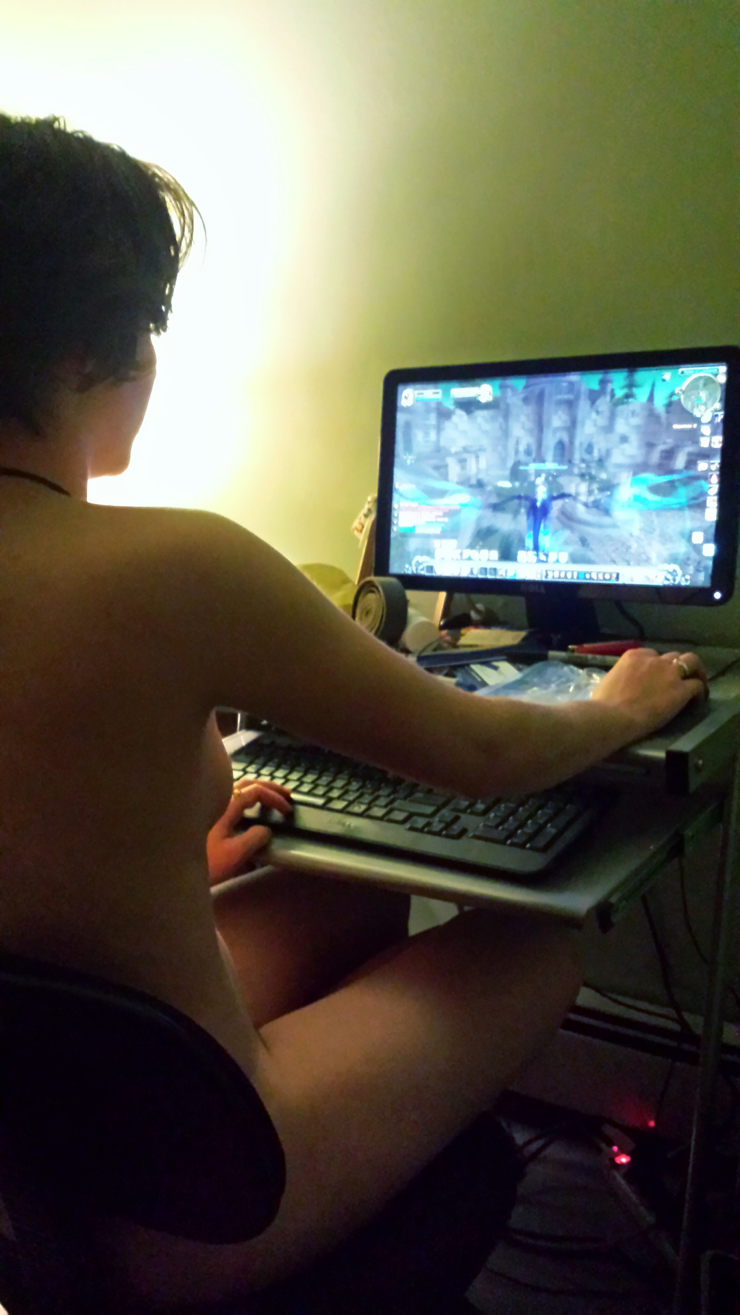 【家庭内エロ画像】裸族ゲーマーは存在した!身なりよりもオンライン優先www 13