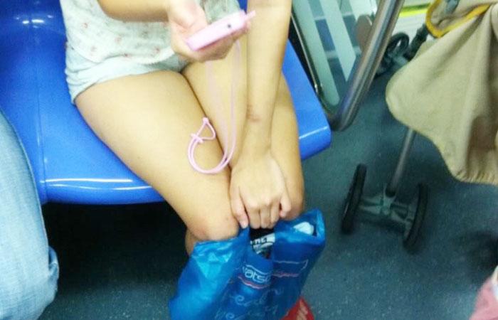 【電車内エロ画像】居眠り前に確認w近くの座席に美脚の有無を要チェックwww 001