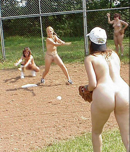 【海外エロ画像】相応しくない球を転がしているw全裸で球技中www 01