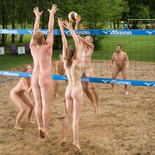 【海外エロ画像】相応しくない球を転がしているw全裸で球技中www 02