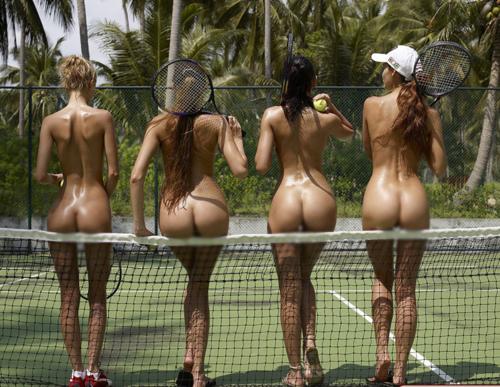 【海外エロ画像】相応しくない球を転がしているw全裸で球技中www 03