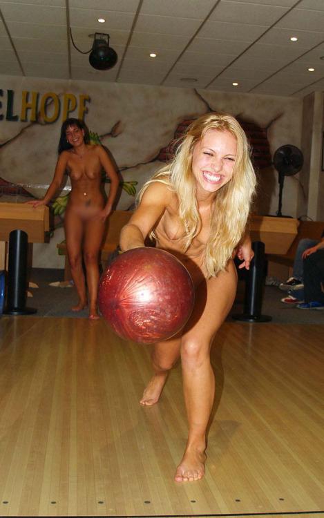 【海外エロ画像】相応しくない球を転がしているw全裸で球技中www 05